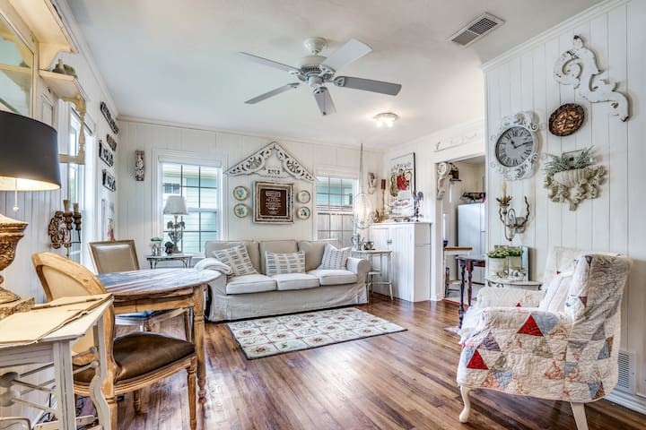 """""""LADY BUTTERBUG COTTAGE"""" IN HISTORIC MCKINNEY"""