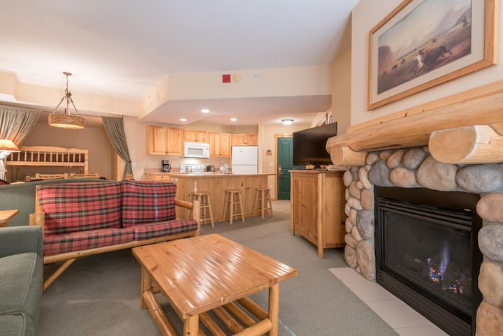Spacious condo that sleeps 6, steps from the lifts, free wifi, & par