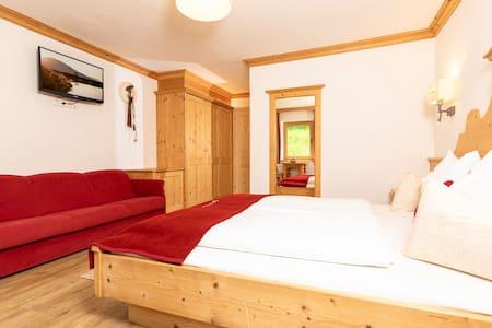 Schlafzimmer Appartment Nr 4 Tyrol 2 Schlafzimmer, 2 Badezimmer, Wohnküche, 2 Balkone