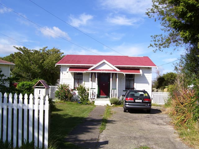 Small Double Room in Railway Cottage  Lower Hutt