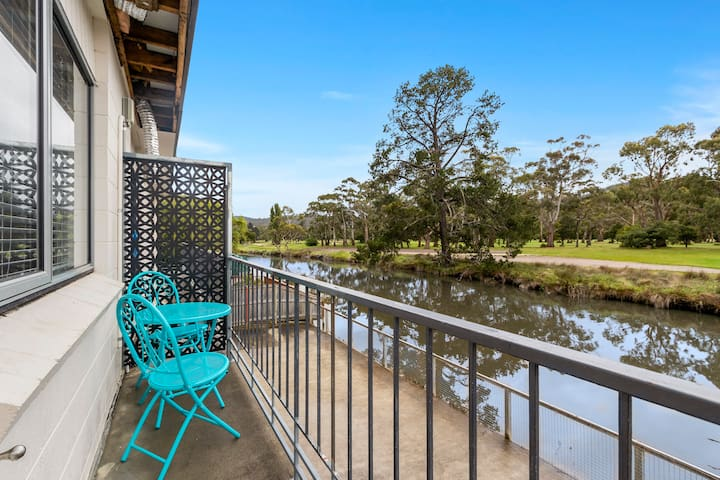 Riverfront 2 bed apartment – walk shops and beach