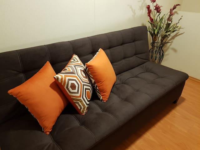 segunda habitacion, comodo sofa cama.
