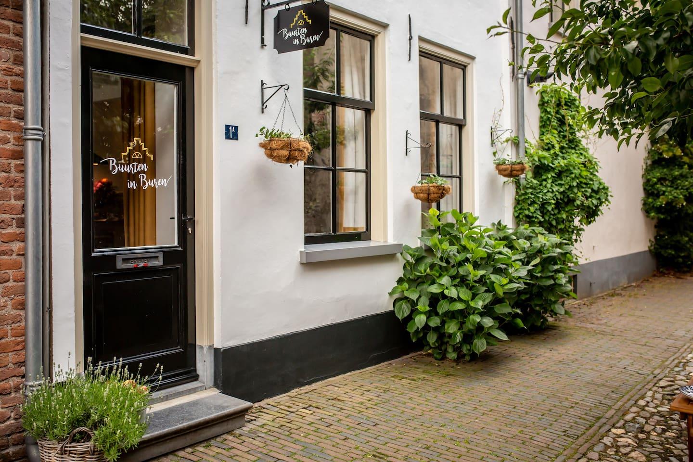 Het charmante huisje 'Buurten in Buren' met alle voorzieningen en bezienswaardigheden op loopafstand.