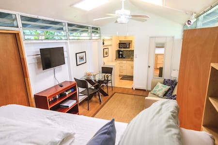 D&D's Cottage, free wifi & parking, near beach - Kailua