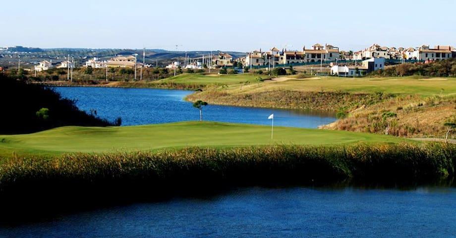 Golf 200 metros away (a solo200 metros)