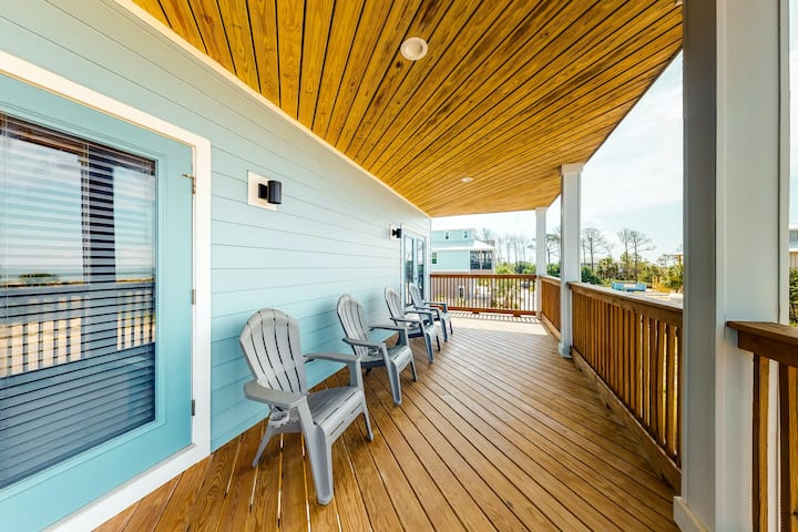 New listing! Pristine, professionally furnished beach house w/ two balconies