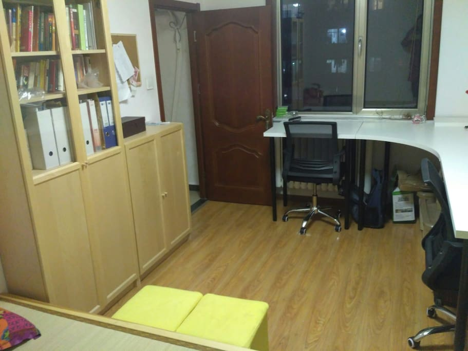 One bedroom with big desk