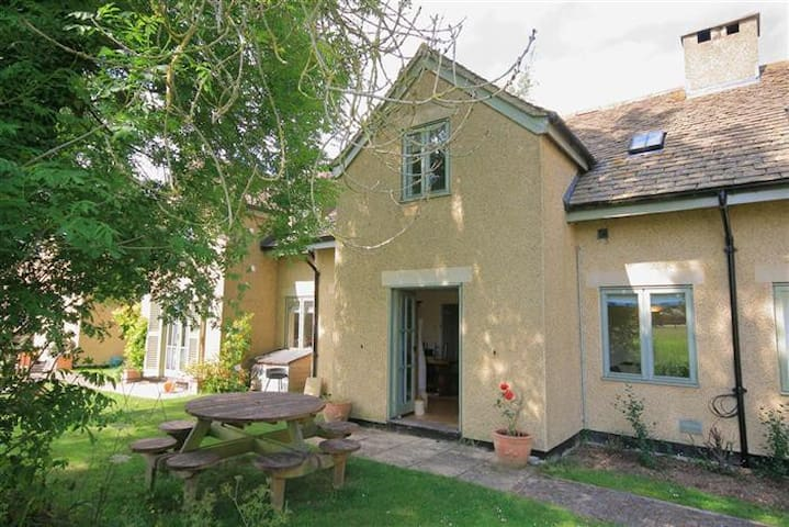 Heron Cottage, Cotswold Lakes - overlooking water! - Somerford Keynes