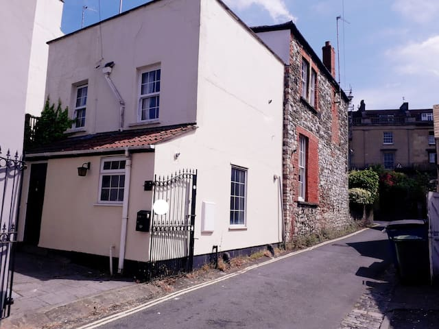 2 bdrm House off Whiteladies Free Parking Sleeps 6