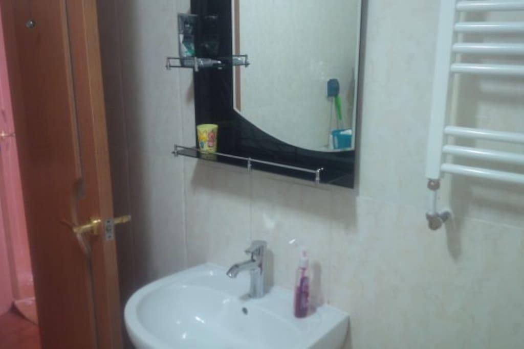Bathroom's sink, mirror
