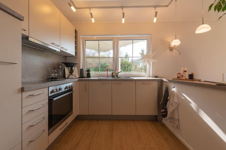 Vollständig eingerichtete Küche seit Juni 2018 mit davorliegender überdachter Terrasse.