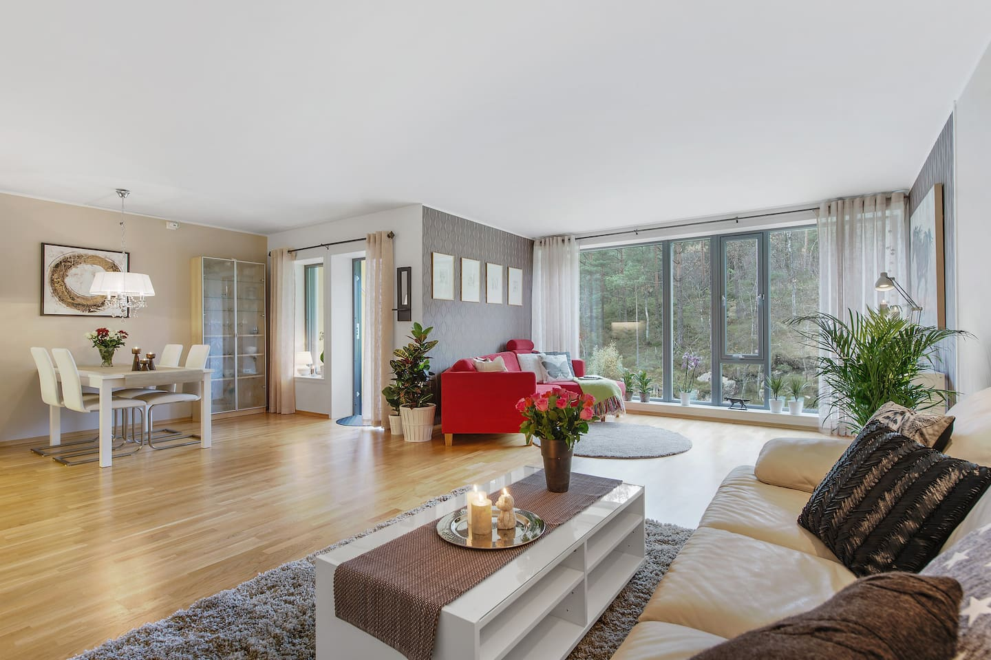 Enjoy the proximity to both city and nature in this modern apartment just minutes away from Bergen city center.