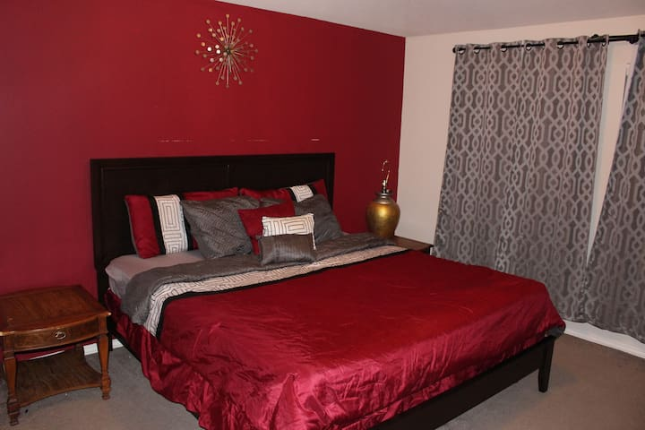 Elegant Private MASTER Bedroom- 10 mins from Exxon