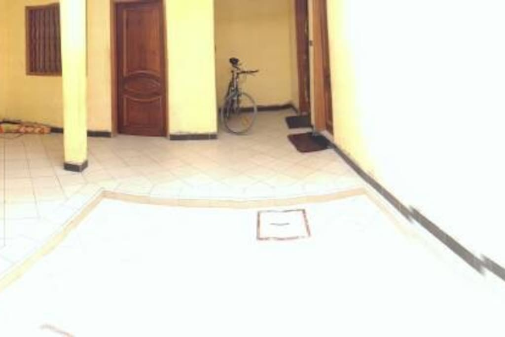 Inner hallway - private bedroom with bathroom is on the right.  Chambre privée est a droit.