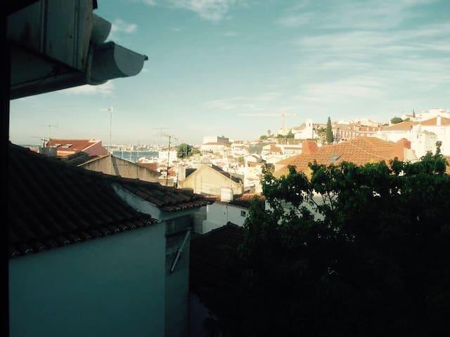 Room w/ private bathroom in Alfama - Lisboa - House