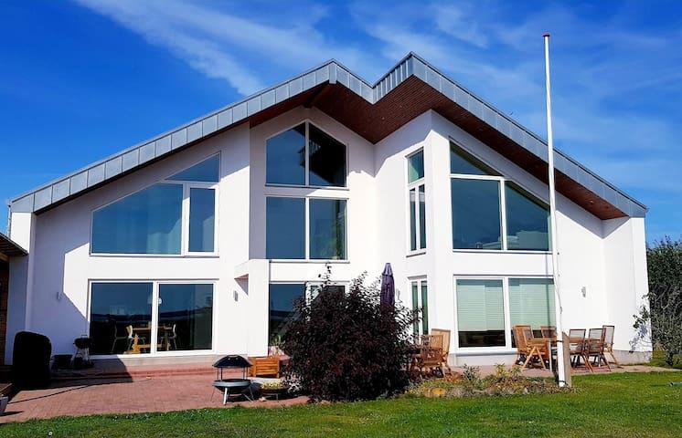 Stor moderne strandvilla på sydsjællands solkyst