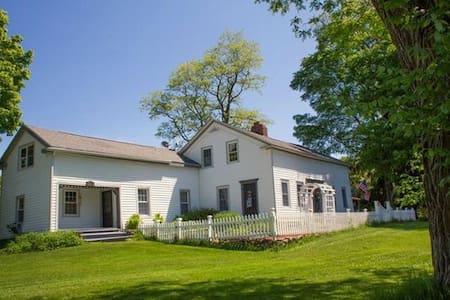 Historic 18th Century Farmhouse - Private Room