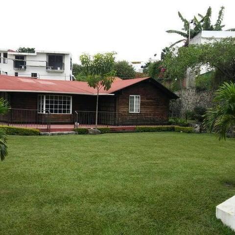 Hermosa Cabaña con alberca y jardín