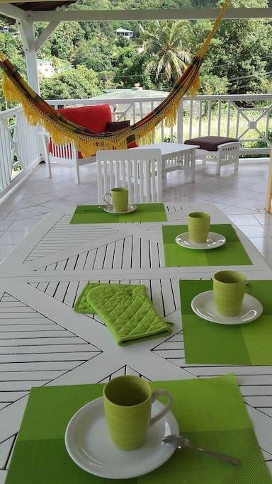 Spacieuse Terrasse pour les petits-déjeuners et les Repas en famille