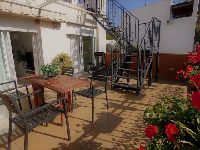 El Sol te acompañará en mi soleada ya alegre terraza desde que te despiertes hasta que anochece. Un lujo en pleno corazón de Alicante