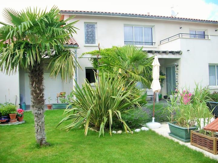 loue 1  Chambre dans villa 220 m2 av piscine