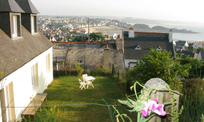 Villa rez-de-jardin sur jardins magiques, vue mer