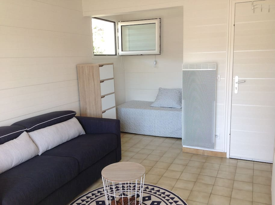 Salon avec canapé lit et coin alcove