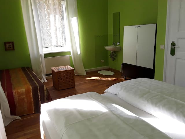 3BED + PARKING close to main station...WiFi - Pirna - Hostel