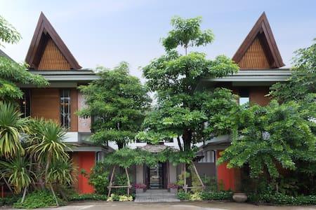 Lamaiman Villa # 1 + Private Transport - Bangkok - Haus