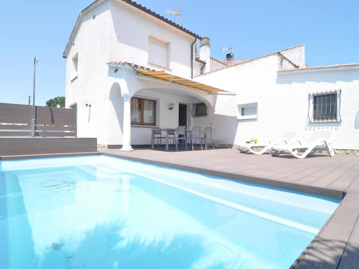Spacious and beautiful house on the Costa Brava with swimming pool 4 x 2,5