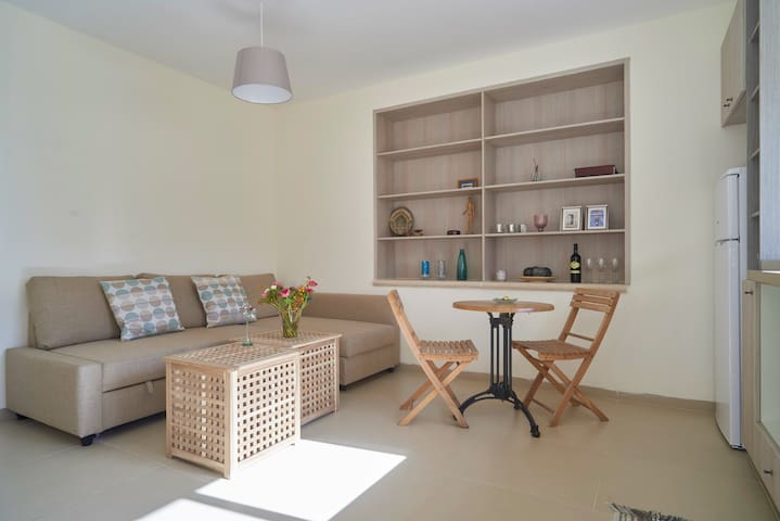 Charming new apt w. spacious sunny balcony - Mevaseret Zion - Appartamento