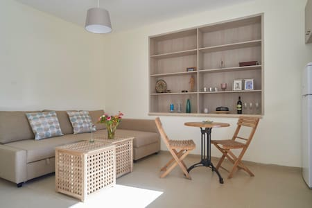 Charming new apt w. spacious sunny balcony - Mevaseret Zion - アパート