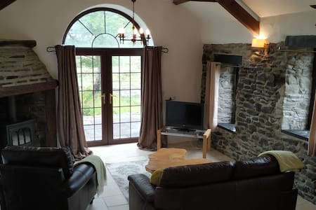 Gwarffynnon Barn, Country retreat with Sea views.