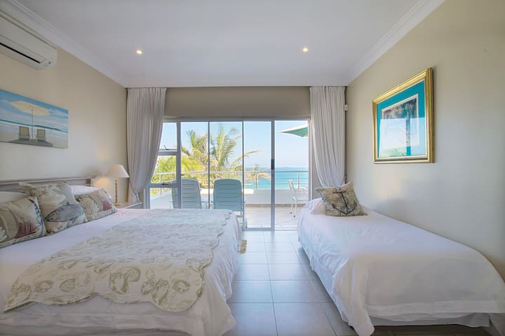 Main Bedroom With King-Size Bed and single bed in the bedroom