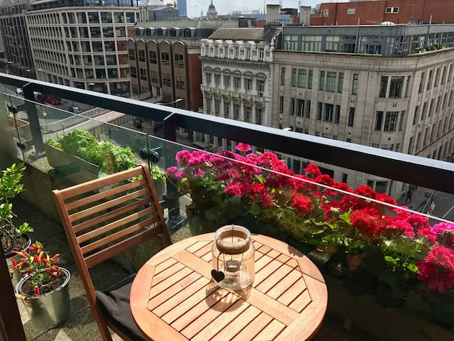 Central London Barbican Flat with Balcony - Zone 1