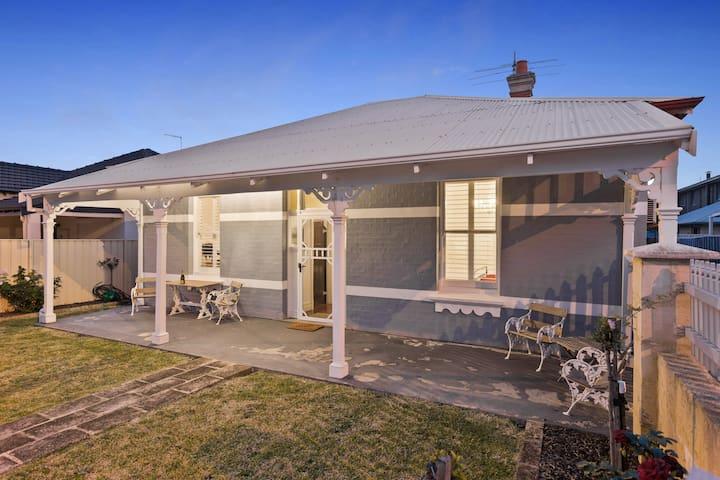 Lovely Fremantle Heritage Cottage