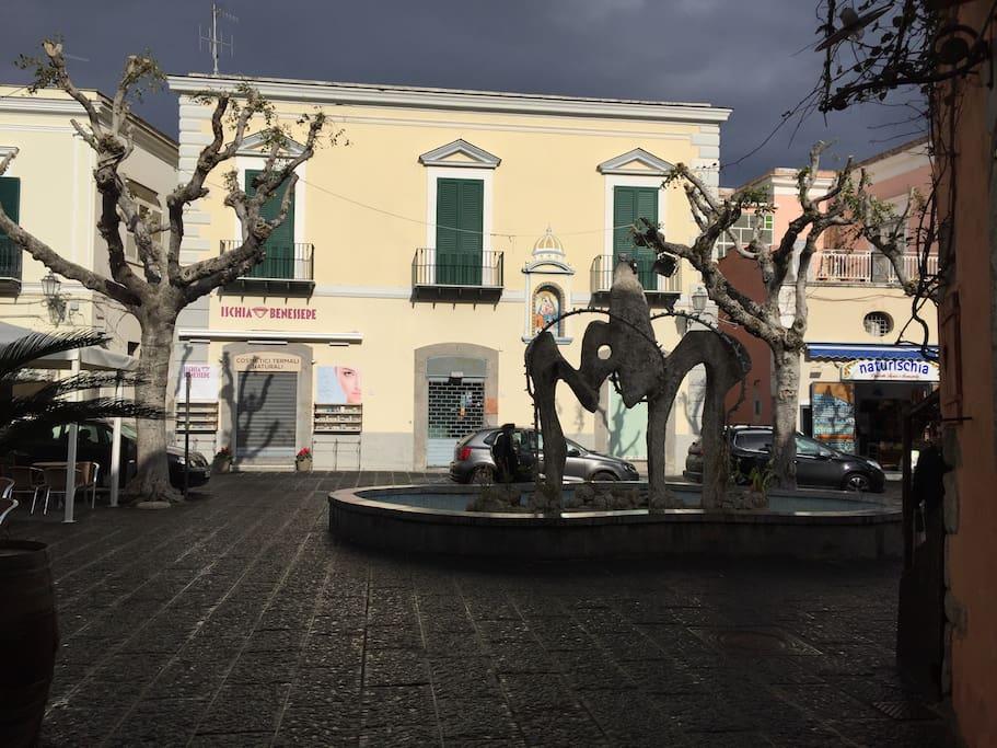 """La caratteristica piazza di Forio con in mostra la fontana nota come """"ò bidè""""! LA CASA SI TROVA A 200METRI ESATTI DA QUI!!"""