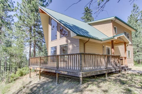 Dog-friendly getaway w/ scenic deck & gas grill - close to Coeur d'Alene & more!