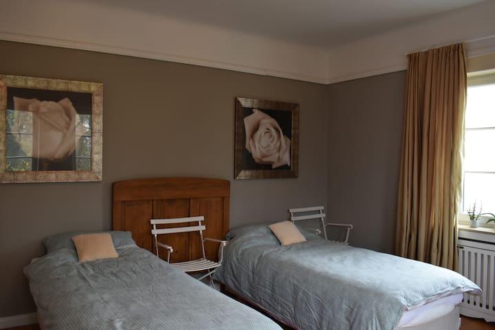Schlafzimmer, 2 einzelbetten, (extra lang 90x220 !)   Slaapkamer met 2 bedden (extra lang 90x220!)  Bedroom, 2 single beds, (extra long 90x220!)
