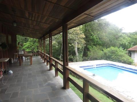 Chácara em Ribeirão Pires com piscina.
