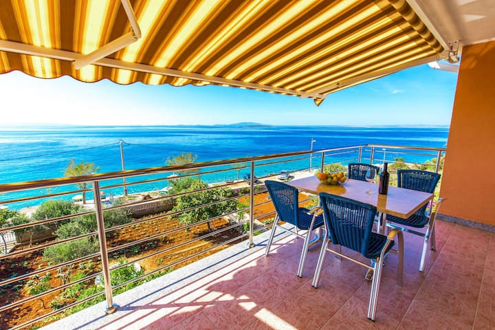 One bedroom Apartment, 200m from city center, beachfront in Lun - island Pag, Balcony