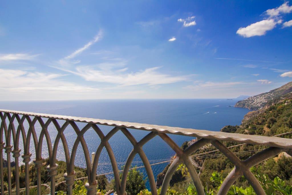 Uno dei balconcini da cui godere di un'ottima vista mare, su Capri e Praiano