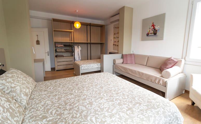 Questa è una delle 4 camere ed è dotata di 4 posti letto. --- This is one of 4 rooms and has 4 beds.