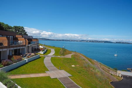 Curlew 5 The Cove - sea views, deck with BBQ, swimming pool, dedicated parking.