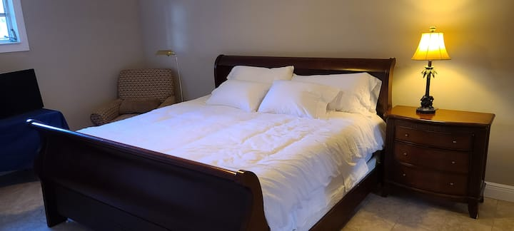 King Bed & Private Bath @ River Reef House