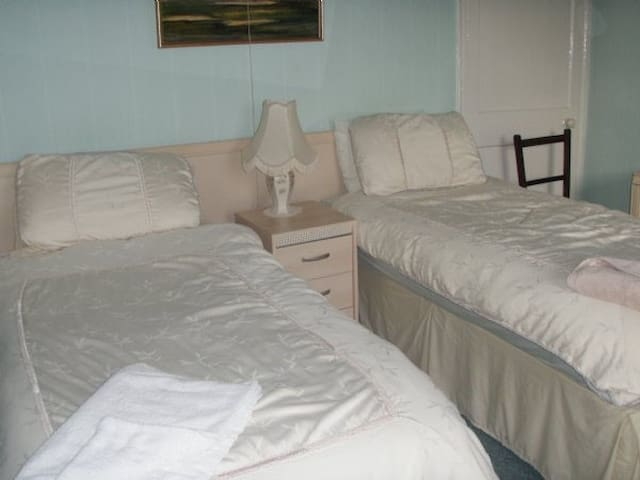 Twin room in grade ii listed Bed and Breakfast R8