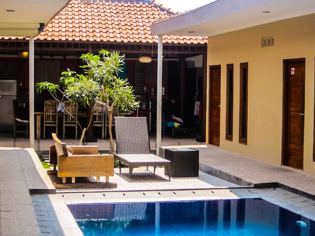 Private rooms in a large house with swimming pool! - Ngaglik - Casa