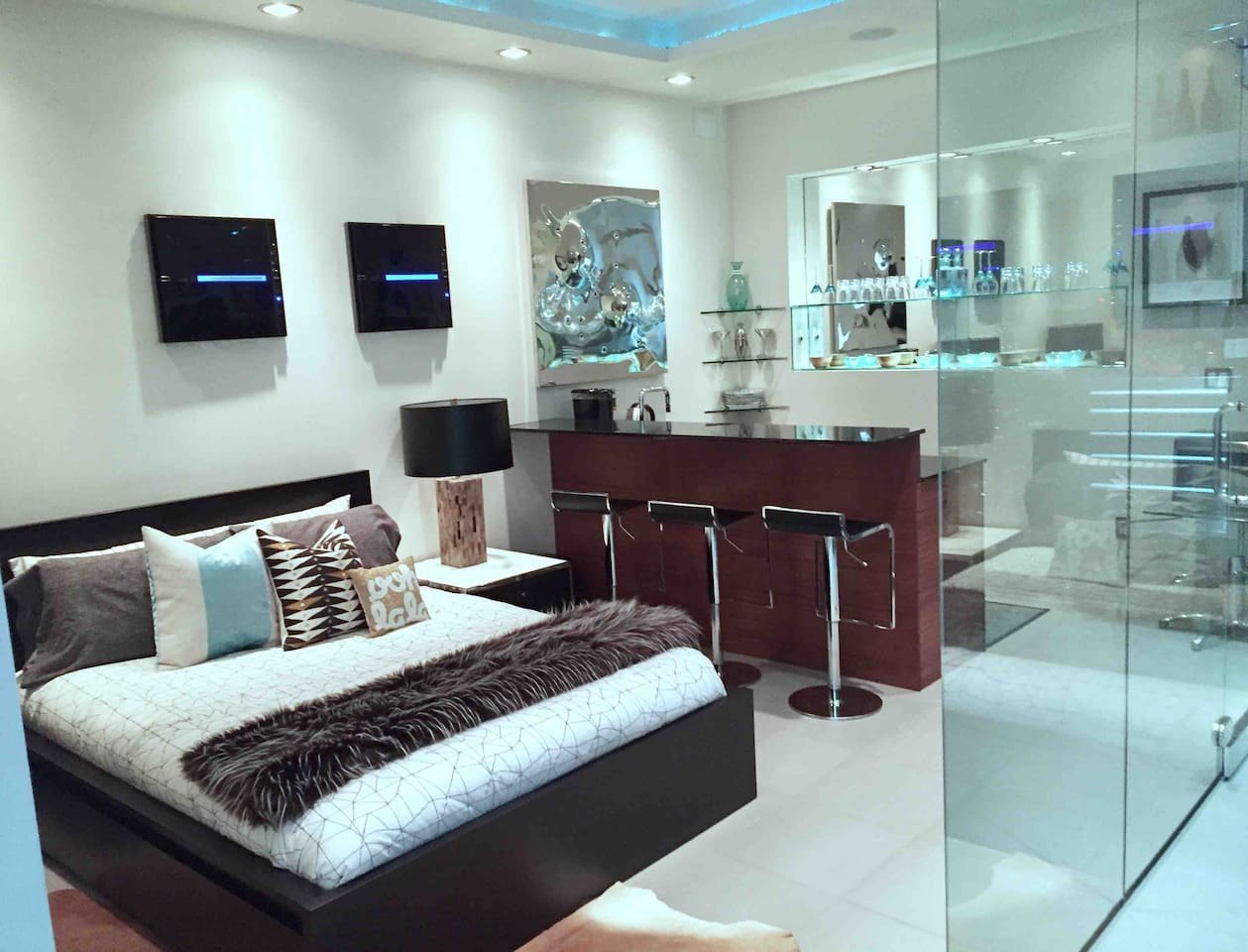 Bedroom, bar, kitchen, wine cellar gallery