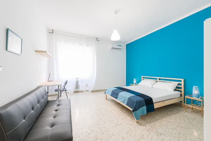 Bo43R2-Bright and lovely room in center of Bari