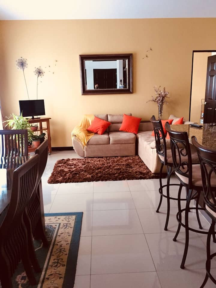 Great private room very close to the Airport!
